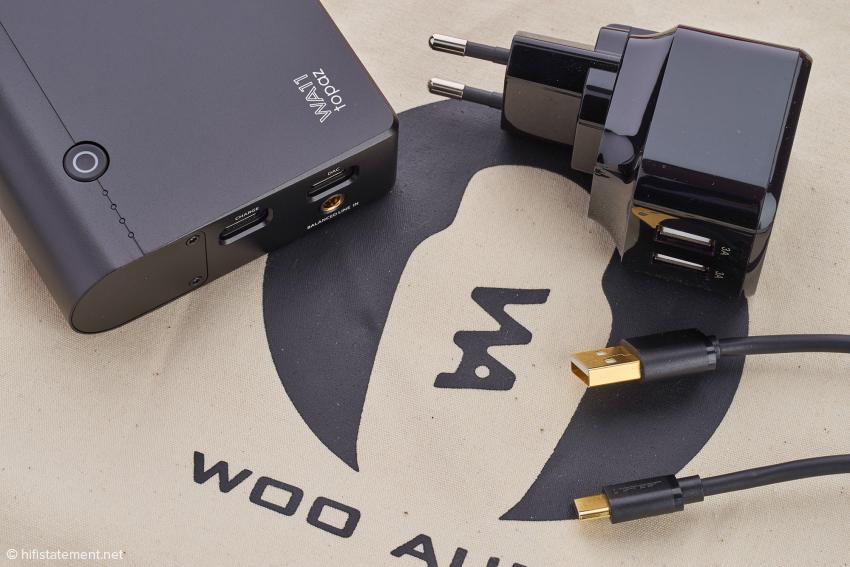 Ein USB-A-auf-C-Kabel, eine C-auf-C-Variante – hier nicht im Bild – und ein Ladegerät gehören zum Lieferumfang