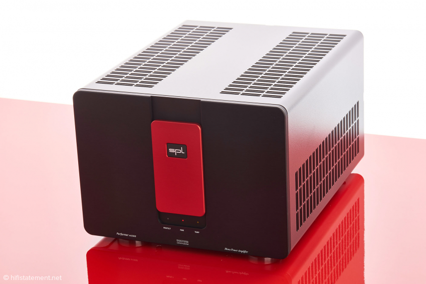 Wer es gern schlichter mag, kann statt der roten Blende eine schwarze wählen. Ein silberner Akzent wirkt dagegen elegant