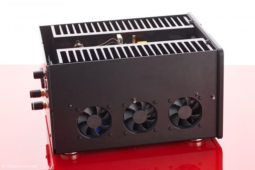 Bei Bedarf wird jeder Kühlkörper mit Luft von der Ventilatoren umströmt. Mir gelang es nicht, die Lüfter zu einem Einsatz zu bewegen. Die Endstufen wurden nicht einmal handwarm