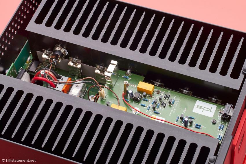 Den größten Raum im Geräteinneren beanspruchen die Kühlkörper