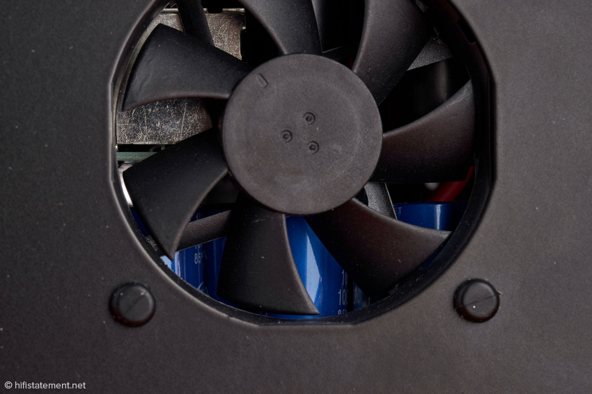 Durch die Blätter des Lüfters sieht man eine der Kondensator-Platinen. Auf jeder befinden sich 50 1000-Mikrofarad-Elkos.