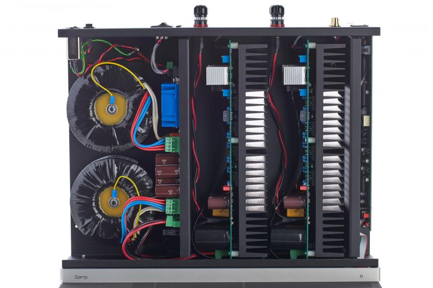 Zwei Endstufen mit ihren Kühlkörpern und zwei Ringkerntrafos: Der B.amp ist kanalgetrennt aufgebaut