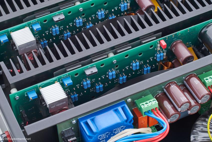 Unten der Trafo der Stromversorgung für die Standby-Schaltung und Ausschaltautomatik. Darüber erkennt man vier der insgesamt acht Endstufentransistoren je Kanal auf dem Kühlkörper