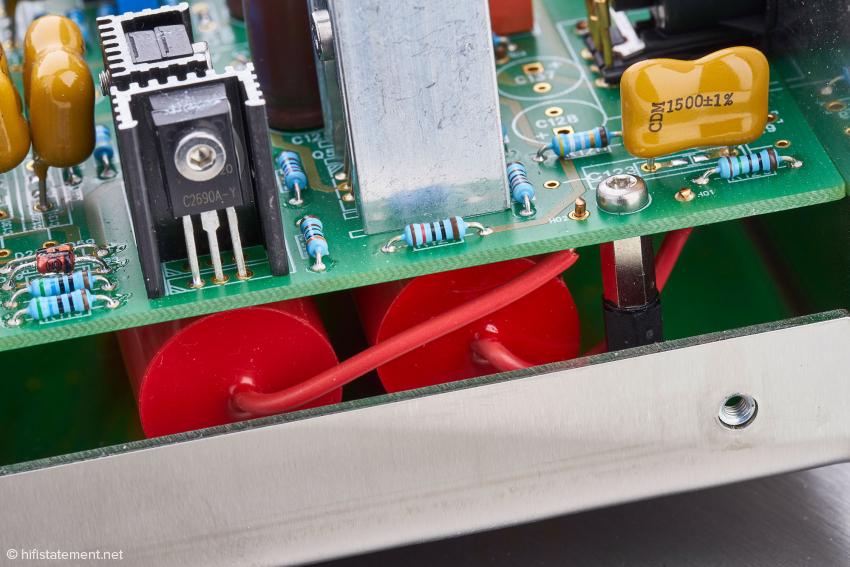 Unter der Platine sieht man hier die Koppelkondensatoren