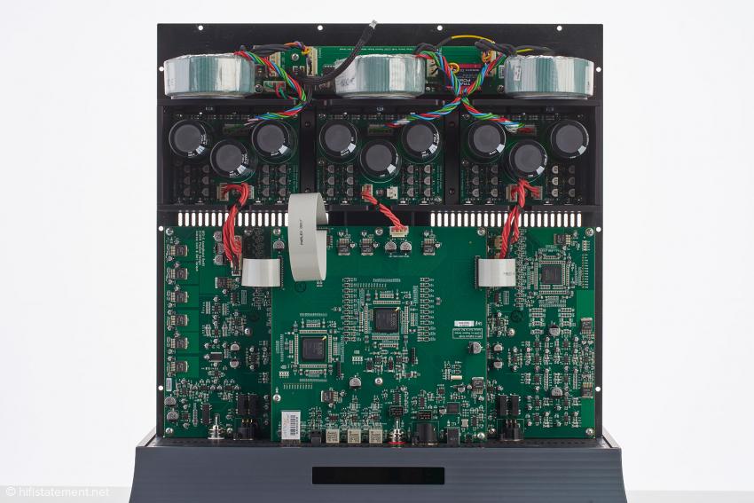 Ein Netzteil versorgt die Digital-Elektronik. Die beiden anderen sind für die Ausgangsstufen des linken und rechten Kanals zuständig