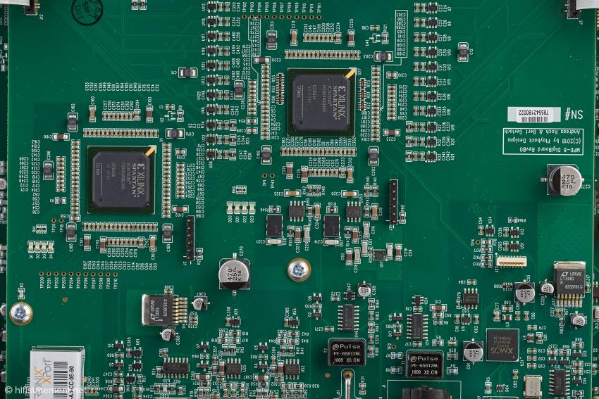 In den beiden XILINX-FPGAs wird der Datenstrom hochgerechnet und gewandelt