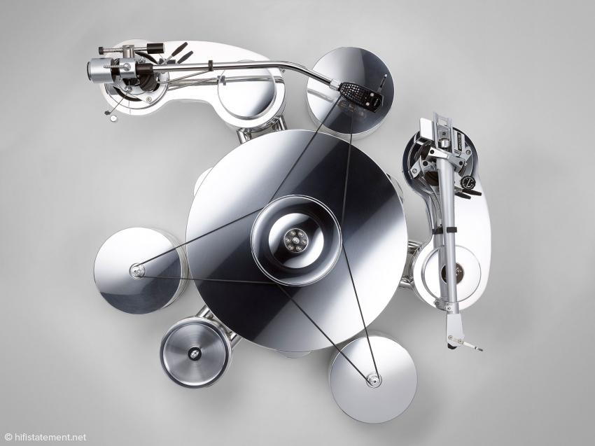 Mit den drei im gleichseitigen Dreieck aufgestellten Motoren erhält man deutlich verbesserte Antriebs-Kräfte