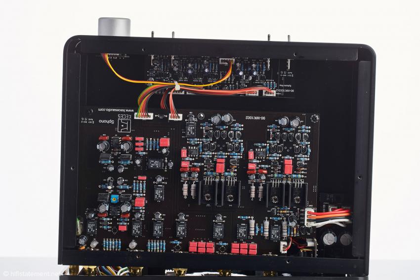 Die Schaltung des Sphono wurde mit ICs und Einzeltransistoren aufgebaut