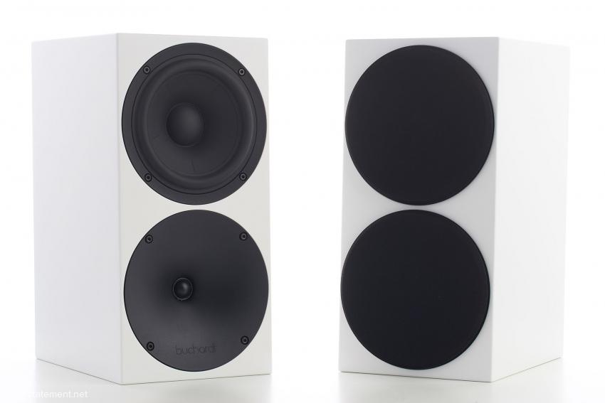 Die Abdeckungen halten magnetisch und verwandeln die Buchardt Audio S400 in einen optisch völlig unauffälligen Lautsprecher