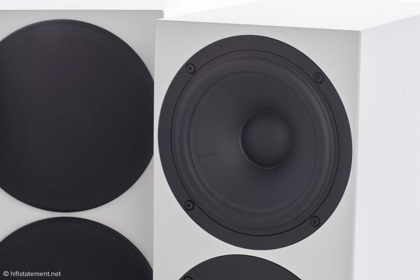 Der Tiefmitteltöner von SB Acoustics aus Aluminium erhielt genau berechnete Einkerbungen, um das Aufbrechen zu hohen Frequenzen hin zu verhindern