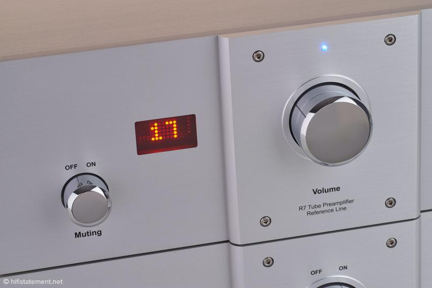 Die Lösung zur Lautstärkeregelung bezieht Audio Exklusiv von Khozmo: per Relais geschaltete Widerstände inklusive Drehgeber, Display und Fernbedienung