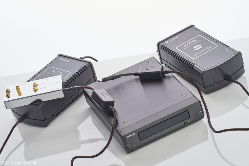 Analog und digital friedlich vereint: Der PP1 mit dem Wechselstrom-SBooster und der Melco D100-B mit einem der bekannten 12-Volt-Modelle. Auf die Abbildung des serienmäßigen Miniatur-Steckernetzteils des PP1 haben wir freundlicherweise verzichtet