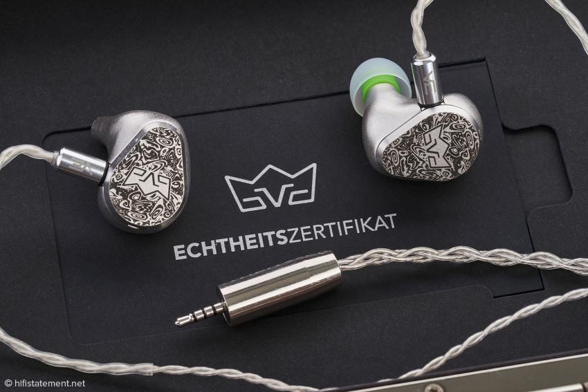 Das Kabel ist aus Silberlitze gefertigt und kaum mikrophonieempfindlich, was bei Ohrhörern ja eine wichtige Voraussetzung ist