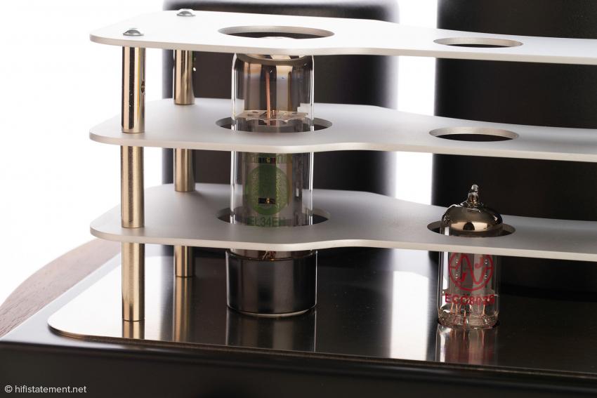 Pro Kanal kommen eine Doppeltriode ECC802 von JJ und eine Pentode EL34 von Electro Harmonix zum Einsatz