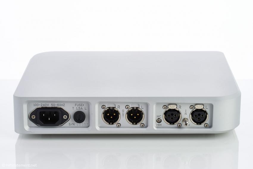 Die Ein- und Ausgänge lassen zu Recht auf eine durchgehend symmetrische Signalverarbeitung schließen: trotz des dadurch erforderlichen Mehraufwands gerade bei der Verstärkung von Tonabnehmersignalen eine überaus sinnvolle Maßnahme