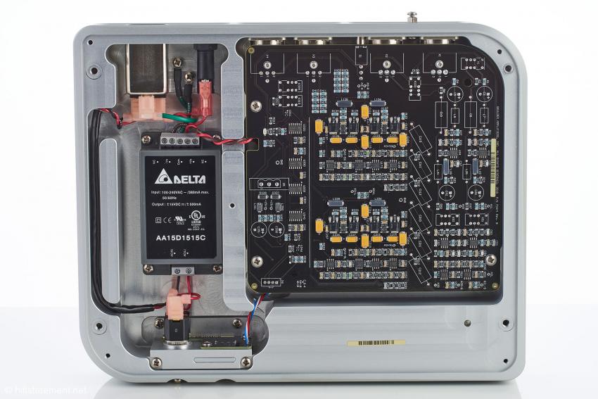 Links die Kammer für das Netzteil, rechts die dicht bestückte Signalplatine in SMD-Technik