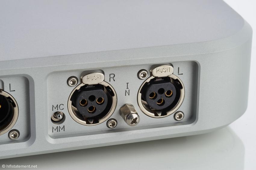 Der dritte Schalter, der zur Wahl zwischen MC- und MM-Systemen, befindet sich direkt neben den Eingangsbuchsen