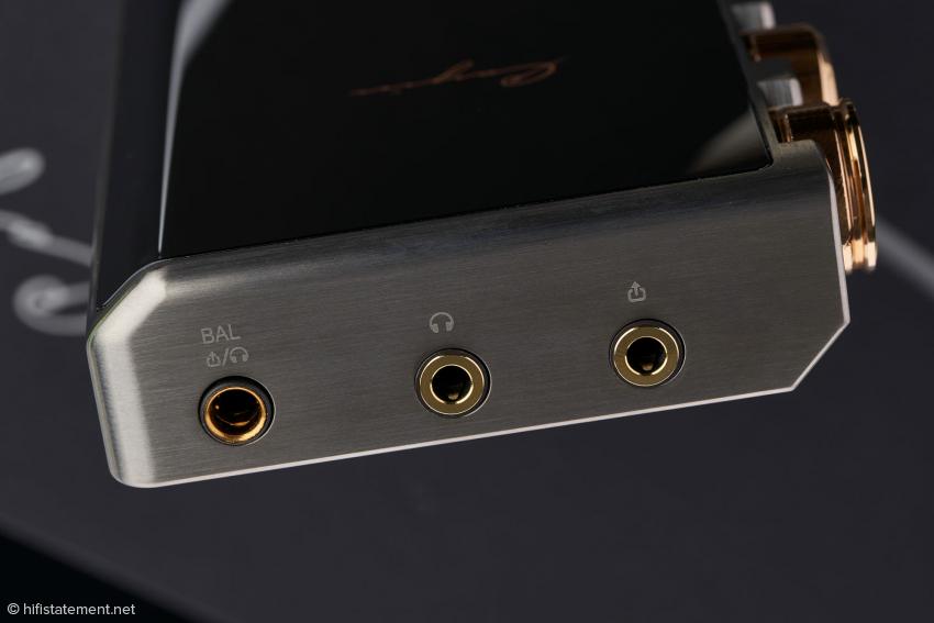 Neben den symmetrischen und unsymmetrischen Kopfhöreranschlüssen existiert noch ein 3,5-Millimeter-Klinke-Line-Ausgang