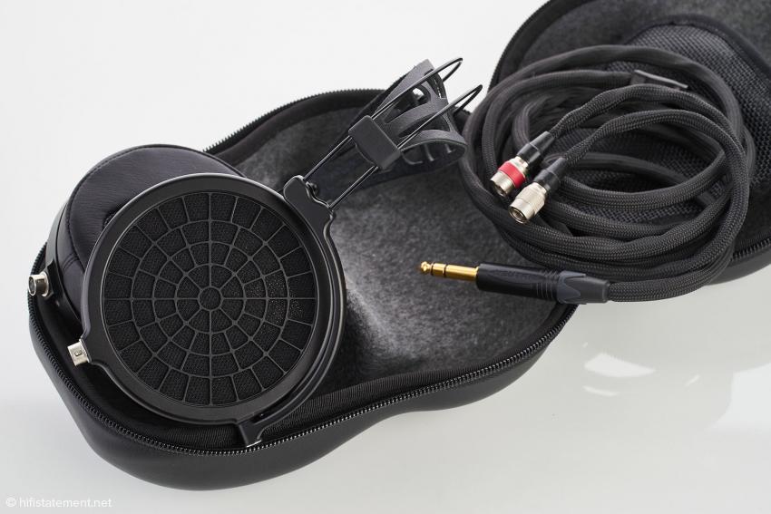 Der Ether 2 wird mit einer Hartschalen-Transporthülle geliefert, in der neben dem Kopfhörer auch ein passende Kabel Platz findet