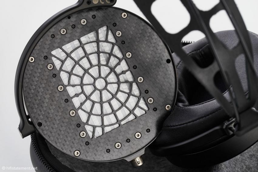 Die Abdeckung der Membrane ist aus Kohlefaser gefertigt, die Ohrpolster werden direkt auf die Abdeckung aufgeklebt