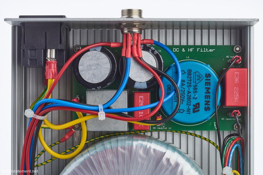 Der Strom aus dem Netz wird von hochfrequenten Störungen und Gleichstromanteilen befreit