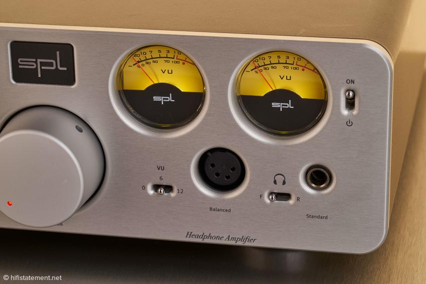 Die beiden Kopfhörer-Ausgänge können sowohl vorne, als auch hinten belegt werden. Zum Umschalten dient der kleine Schalter