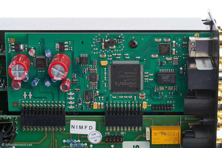 Auf dem Digital-Bord befindet sich der AKM 4490 Wandlerchip zwischen den beiden roten Kondensatoren, alles genau wie beim Phonitor XE