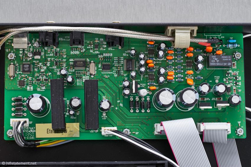 Auf der Digital-Platine nimmt rechts die Stromversorgung viel Platz ein. Die beiden Wandler-Chips Burr Brown PCM 1796 und Wolfson WM 8805 sind leicht zu entdecken