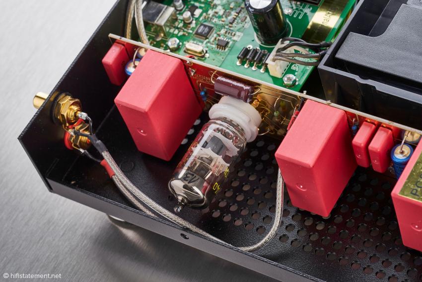 Eine der beiden PC86 Röhren, umgeben von den roten Wima-Kondensatoren