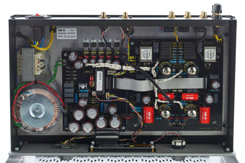 Lab 12 lässt Kondensatoren mit dem eigenen Firmennamen für sich fertigen, die Schaltungen für den rechten und linken Kanal sind spiegelsymmetrisch aufgebaut