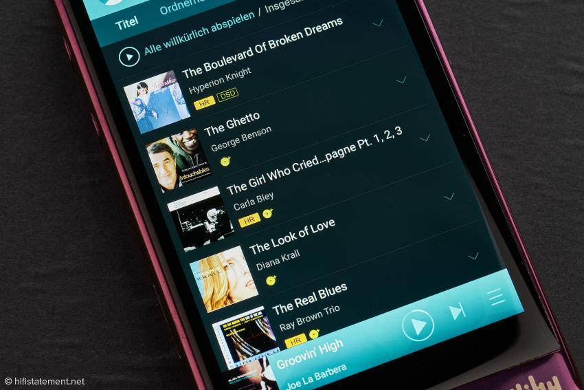 Beim Demo-Modell waren bereits einige Titel vorinstalliert, wenn man eigene Songs laden möchte, benötigt man einen Windows Rechner. Oder eine Mikro SD Karte