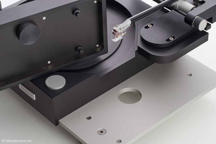 Die Motoreinheit besitzt Entkopplungselemente, die den Kontakt zur Basisplatte herstellen