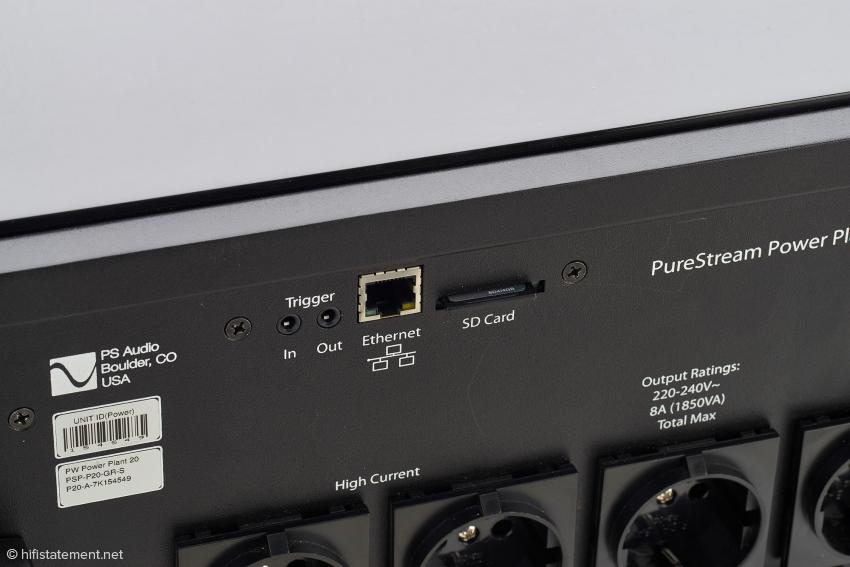 Zusätzlichen Komfort kann die Einbindung ins Netzwerk bringen. Der SD-Card-Slot dient zum Aufspielen der Betriebssoftware