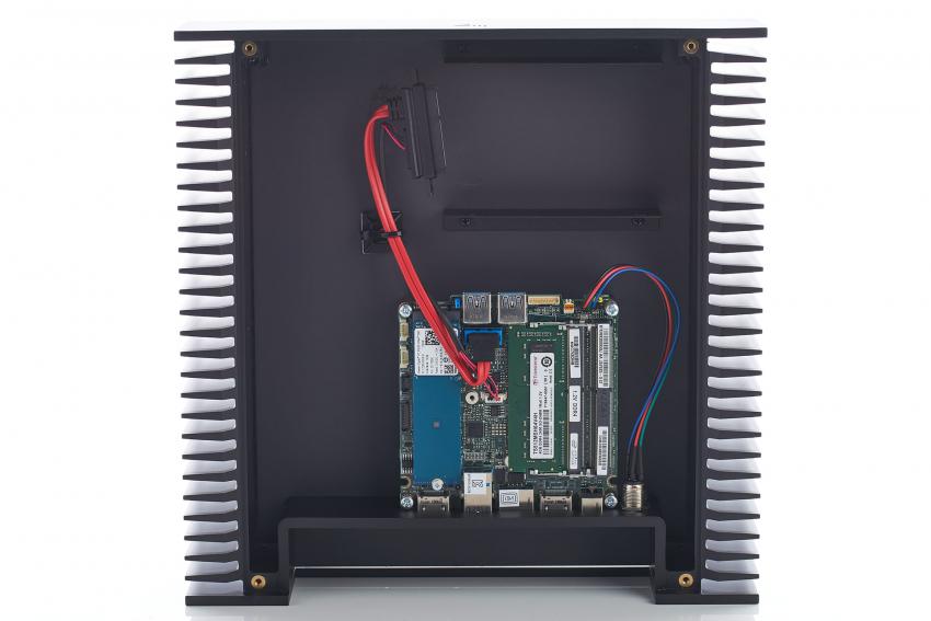 Neben der Platine mit dem Intel NUC ist ausreichend Platz für eine Festplatte