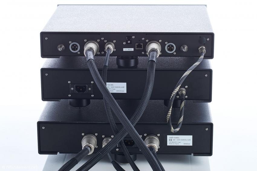 Hauptgerät und Netzteil sind über drei mächtige Kabel miteinander verbunden – ganz rechts ist das BNC-Kabel zum Anschluss der Master-Clock an das Hauptgerät zu erkennen