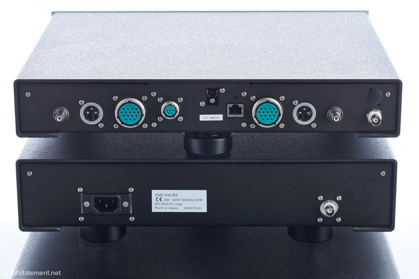 Das Anschlussfeld des Netzwerkplayers: jeweils links und rechts außen die Analog-Ausgänge (RCA und XLR), in der Mitte Netzwerkanschluss und USB-Eingang sowie grün die Anschlüsse für das externe Netzteil