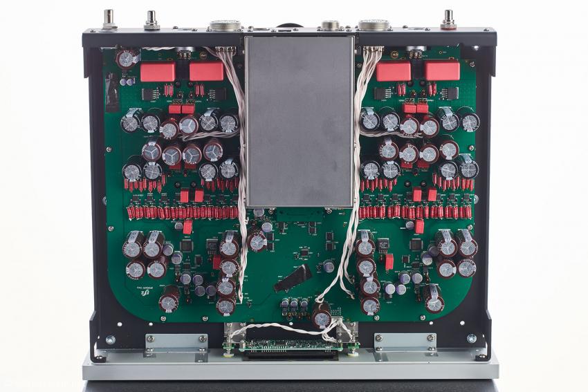 Der Netzwerkplayer von innen: klarer Doppel-Mono-Aufbau mit der gekapselten Streaming-Einheit in der Mitte