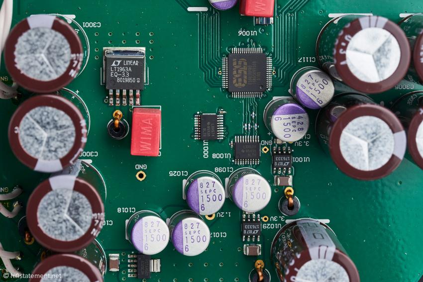 In der Mitte der Wandler-Chip ES 9038 Pro Sabre umringt von Spannungsreglern und Siebkapazitäten
