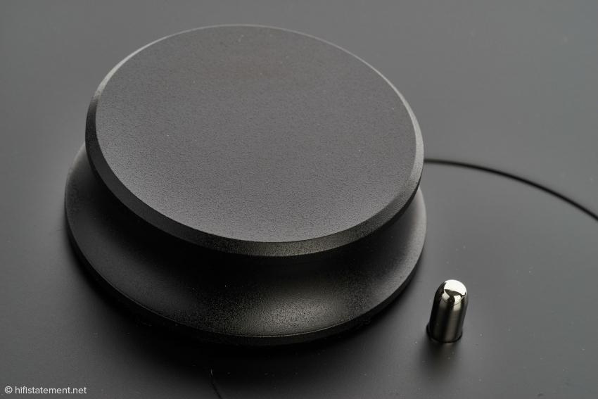 Der schwere Plattenpuck sollte zur Fixierung der Vinylscheiben unbedingt verwendet werden