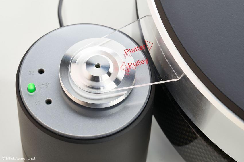 Der korrekte Abstand zwischen Plattenteller und Pulley wird per Distanzlehre eingestellt