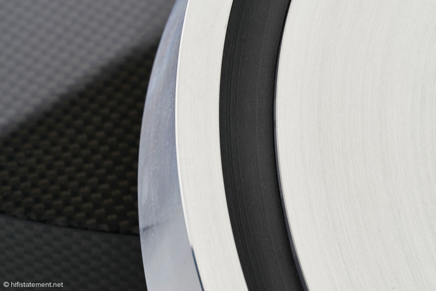 Der fette Plattenteller verfügt über eine schwingungsdämpfende Ringeinlage aus Gummi