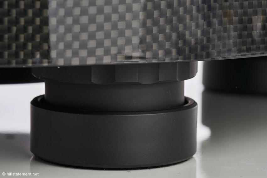 Die Magnetfeld-Füße entkoppeln den Plattenspieler sehr effektiv vom Untergrund