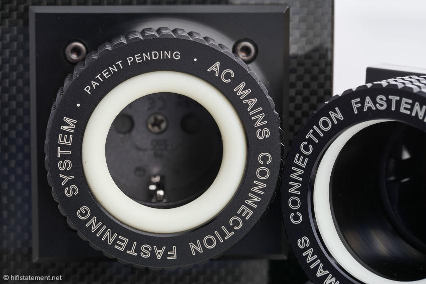 Recht gut zu sehen: Je weiter der Ring auf das feststehende Gewindeteil geschraubt wird, desto weiter wird der Silikonring nach innen gedrückt
