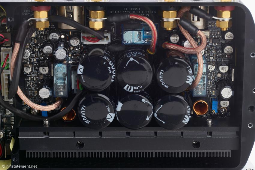 Die Audioplatine ist eng bestückt und äußerst kurze Wege sind damit garantiert. Acht Leistungs-MOSFETs - vier pro Kanal – sind direkt auf den ganz unten zu sehenden Kühlkörper montiert