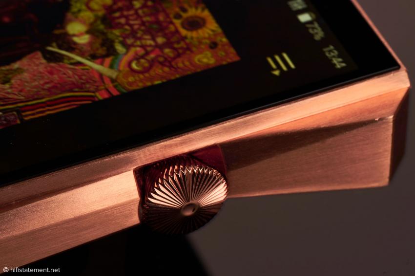 Der massive Einschaltknopf fungiert auch als Lautstärkeregler. Erinnert mich irgendwie an eine Schweizer Präzisionsuhr.