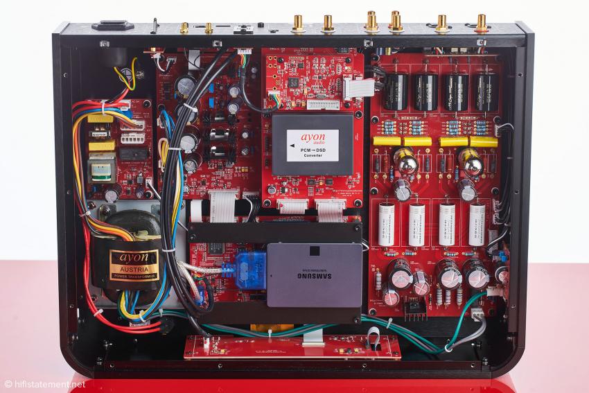 Der S-10 von innen. Der modulare Aufbau ist gut zu erkennen: links das Netzteil, rechts die analoge Röhrenverstärkerstufe, in der Mitte unten das Server–Modul mit Festplatte und darüber das DSD-Konverter-Modul