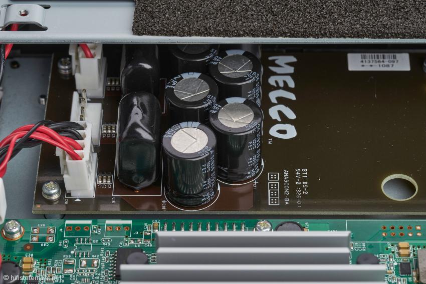 Rauscharme Spannungsregler und die Kondensatorbank sollen für eine optimale Stromversorgung sorgen. Dennoch ist die Qualität des externen Netzteils klangentscheidend