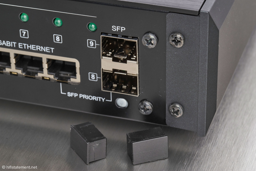Die beiden optischen SFP-Anschlüsse finden momentan nur bei Lumin-Komponenten entsprechende Gegenstücke, können aber auch bei Verwendung von Medienkonvertern genutzt werden