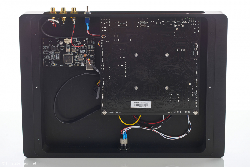 Das Gehäuse wurde aus einem massiven Aluminiumblock heraus gefräst und bietet der Digitaltechnik eine möglichst vibrationsarme Arbeitsumgebung