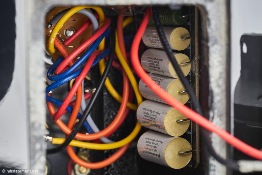 Hineingeschaut: hochwertige Kondensatoren für die Einstellung der unteren Grenzfrequenz